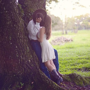 Engagement-Kiss-tiffany-danielle-photography-featured