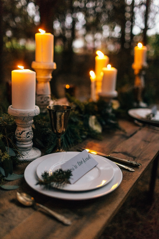 We love this candle-lit cozy holiday tablescape!