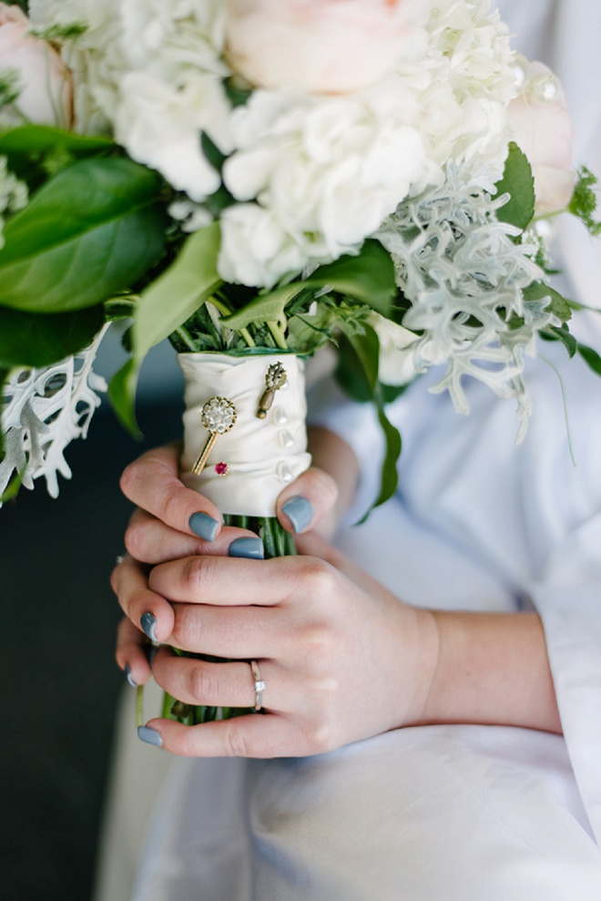 We love the details on this beautiful bouquet wrap!
