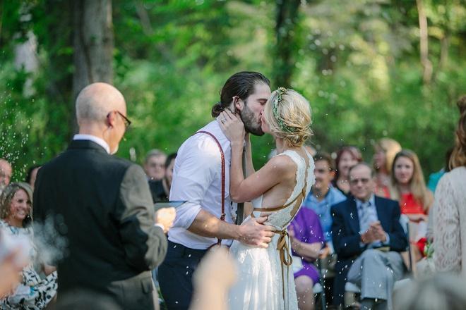 Estamos amando este cerimônia de casamento do quintal querida e primeiro beijo!