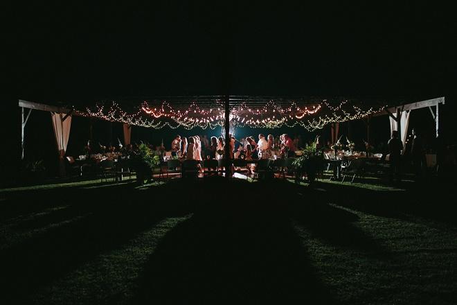 Estamos swooning sobre esse brilho iluminado casamento boho quintal!