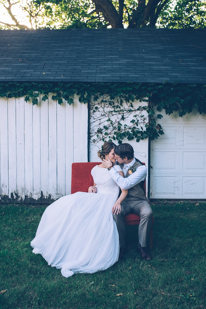 How gorgeous is this striking wedding photo?! Swooning over the bride's vintage wedding dress!