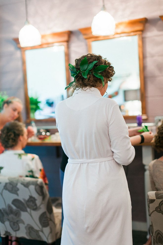 We're loving this Bride's gorgeous greenery hair piece!
