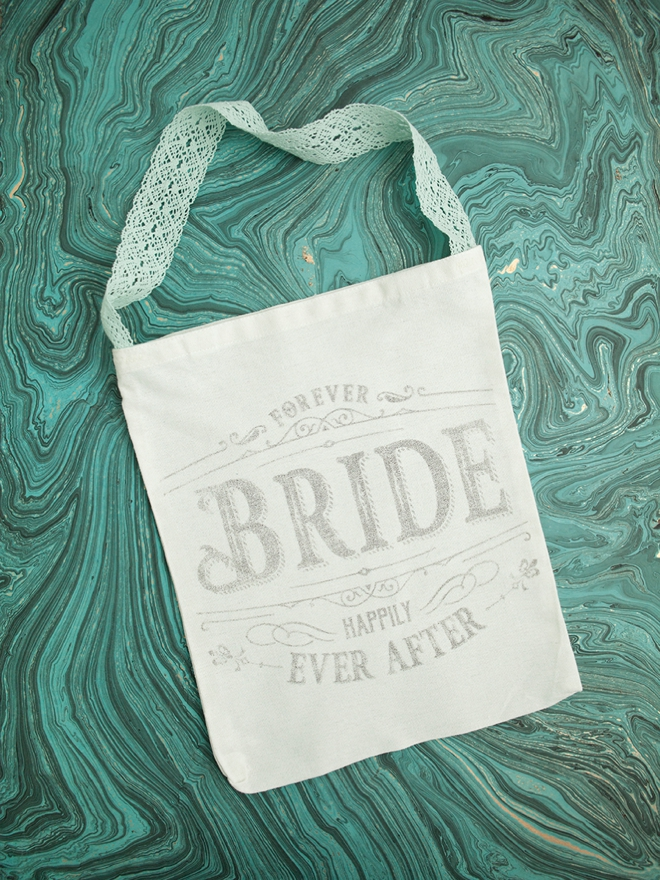 Use this crazy awesome freezer paper transfer technique to make these wedding tote bags!