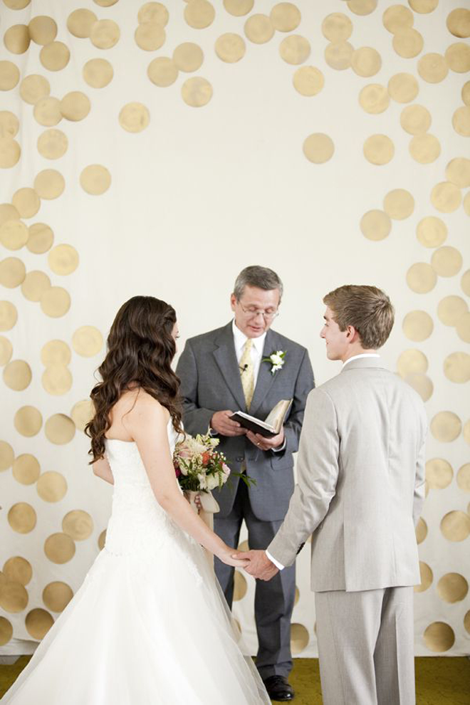 Swooning over this gorgeous gold and modern ceremony backdrop!