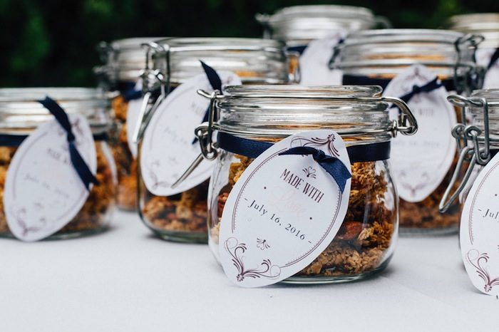 These homemade granola wedding favours look SO good and easy to make.