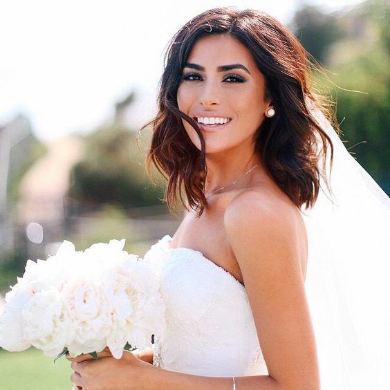 Love this glam bridal look - a smoky eye and bold eyebrows!