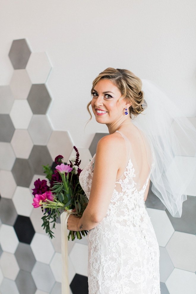 We love this Bride's stunning style and gorgeous bouquet!