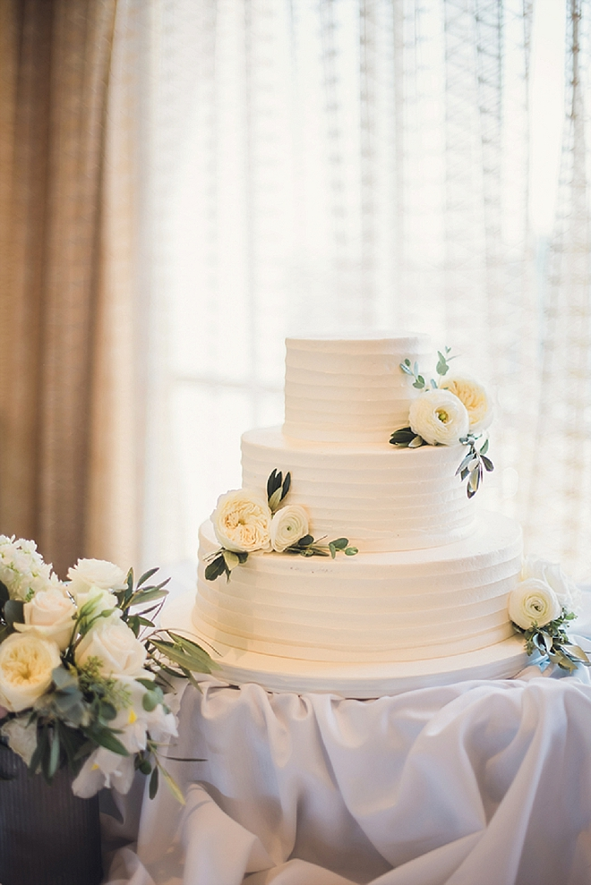 We love this couple's classic wedding cake!