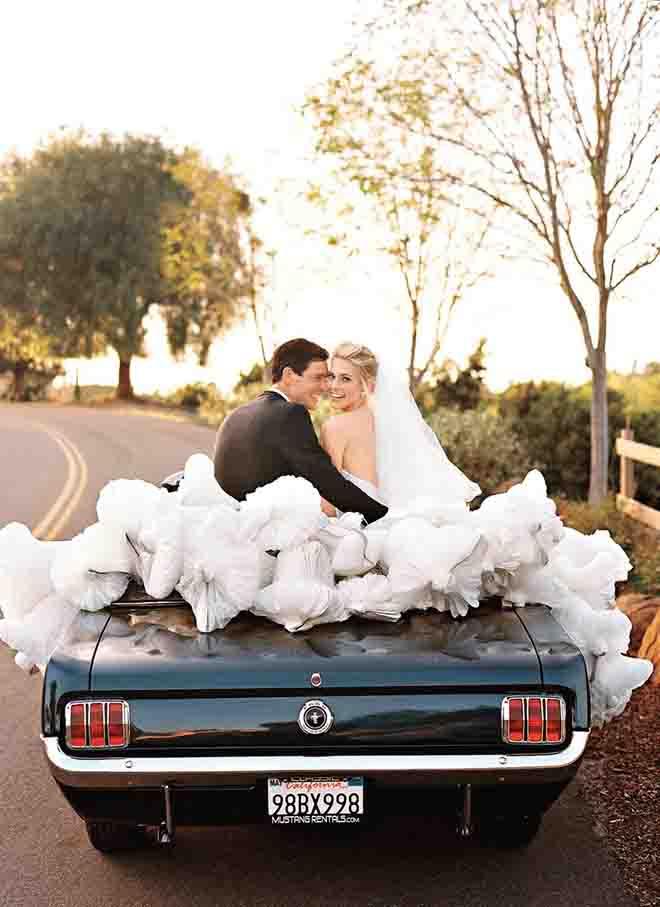 Paper wedding bells are an unexpected, fabulous idea for wedding car decor